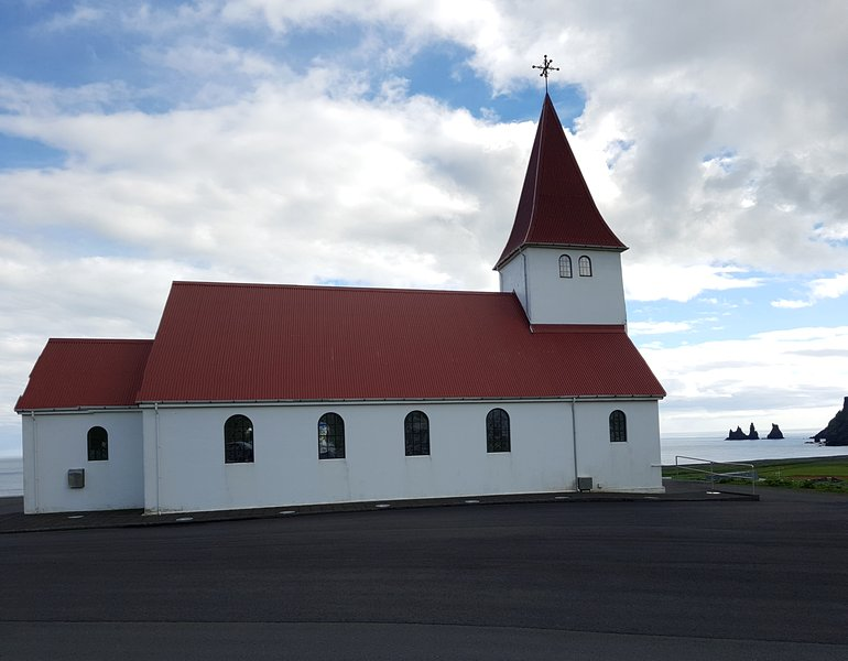 viagem islandia vík í mýrdal - igreja Víkurkirkja do teto vermelho