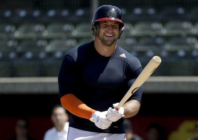 Tim Tebow muestra talento en práctica de béisbol