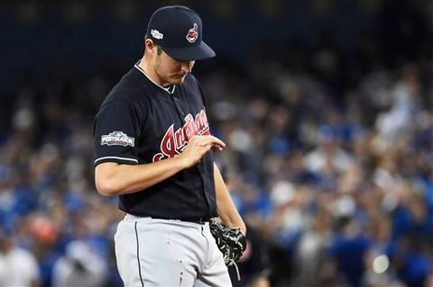 Bauer sale en el 1er inning por sangrado en un dedo