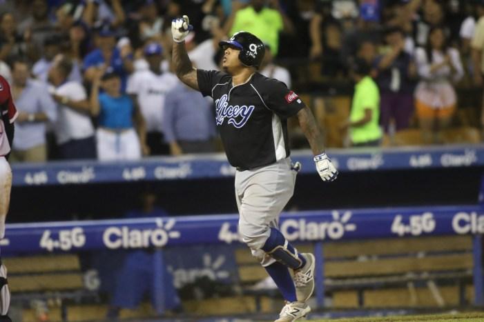 Prospecto de White Sox, Yermin Mercedes, hace el bat-flip del año