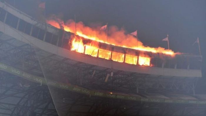 Video: Gran incendio afecta área de prensa del Estadio Quisqueya