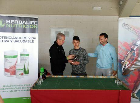 Emilio recoge su trofeo de Campeón del Open