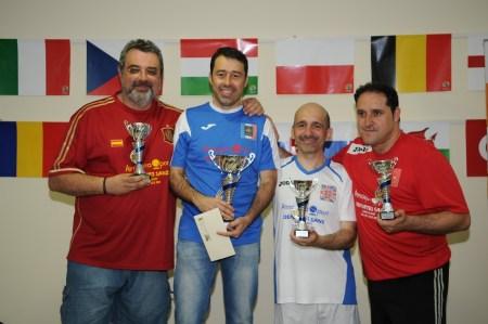 Los 4 semifinalistas posan en el podio con sus trofeos