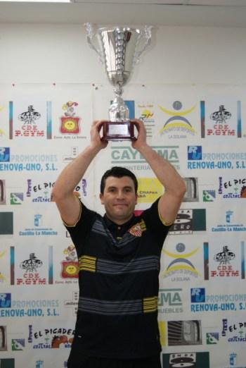 Paco Sánchez alza su Copa de Campeón de Liga