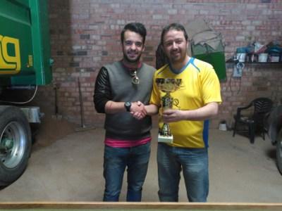 Jesuli recoge el trofeo de Campeón de Copa de manos de Santi Ortiz