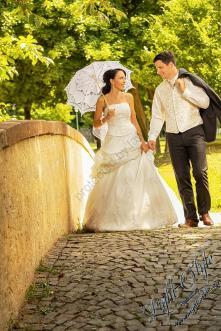 H18L0106 132 - After Wedding Shooting Teil 2 - outdoor, hochzeitsfotos, allgemein, afterwedding, abseits-des-alltags - Hochzeitsfotos, Geschenke, Frauen, Draußen, After wedding