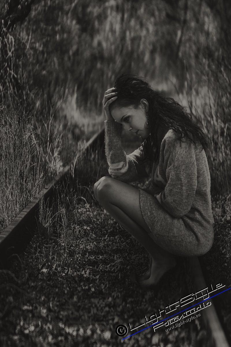 PS18L0102 91 2 2 800x1200 - Porträts der Traurigkeit - portraets, besondere-portraets, allgemein, abseits-des-alltags - Porträts, Melancholie, Frauen, besondere Porträts