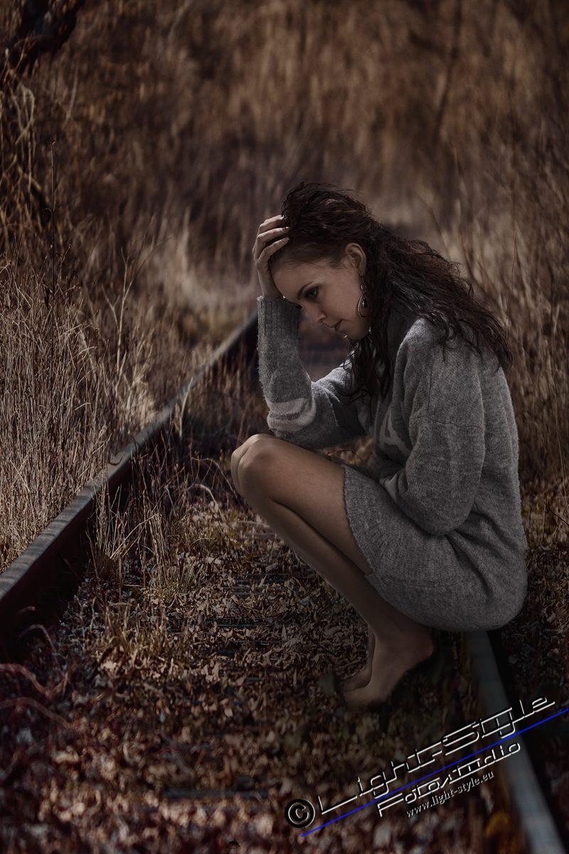 PS18L0102 91 800x1200 - Porträts der Traurigkeit - portraets, besondere-portraets, allgemein, abseits-des-alltags - Porträts, Melancholie, Frauen, besondere Porträts