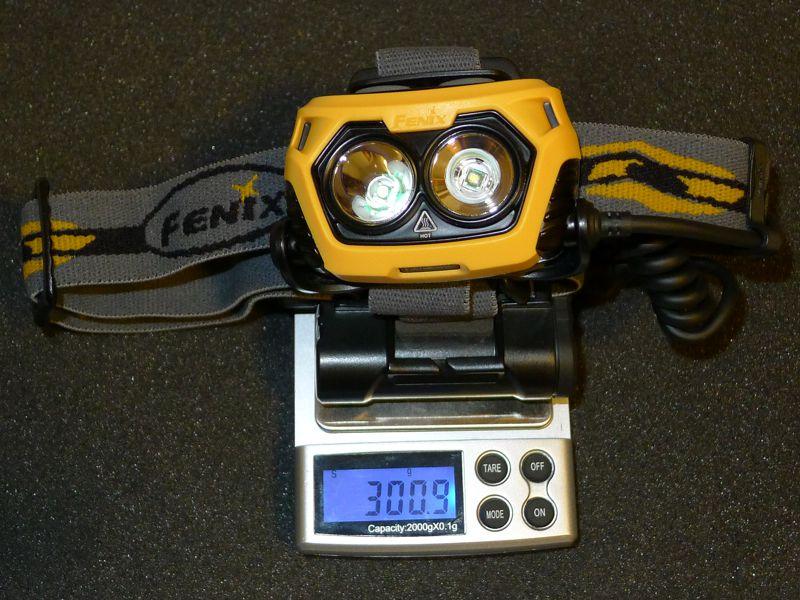 Fenix HP25 - on scale with 4xAA NiMH