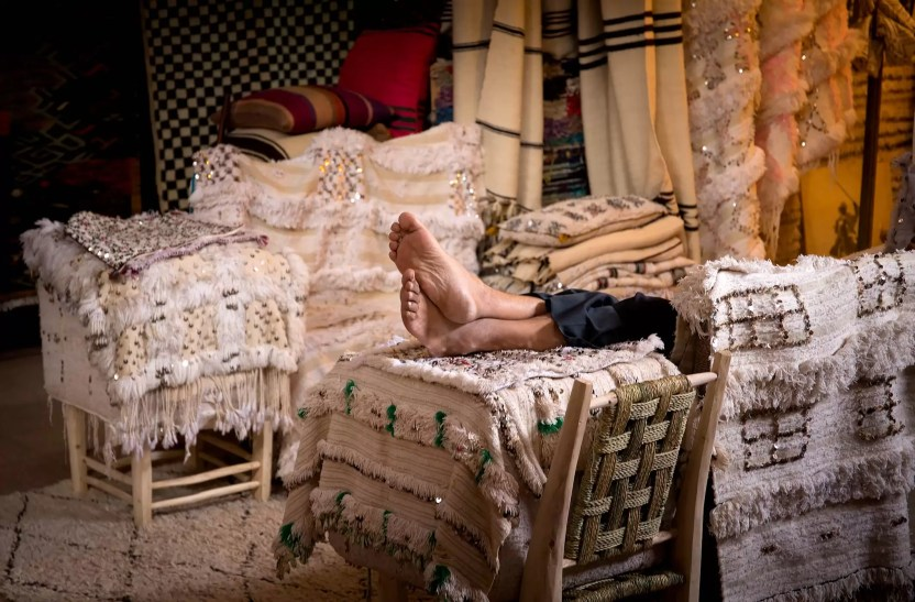 marrakech-rug-vendor-sleeping-feet