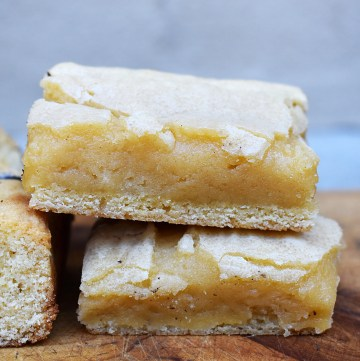 White Chocolate Brownies are fudgy, gooey and the white chocolate version of classic fudgy brownies. They're sweet and perfection. #whitechocolatebrownies #whitechocolateblondies #whitechocolate