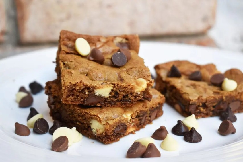 Triple Chocolate Chip Blondies are soft and gooey blondies with three different types of chocolate chips! Dark chocolate, milk chocolate and white chocolate chips! #triplechocolate #thebestblondies #triplechooclateblondies #blondiesrecipe #thebestblondiesrecipe