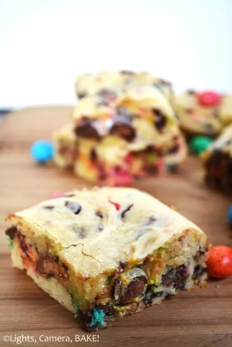 Easter Funfetti Bars. Funfetti cake inspired ooey gooey bars packed full of various Easter eggs and treats and of course, sprinkles! Click the photo for the recipe! #easterrecipe #funfettibars #easterfunfettibars