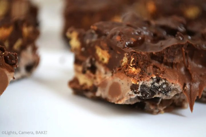 Nutella Cookies and Cream Crunch Bars are no bake over the top bars. These have white chocolate, oreos, chocolate, graham crackers, Nutella and KitKats! Seriously the best chocolate bar. #cookiesandcreambars #nutellacrunchbars #homemadechocolatebar
