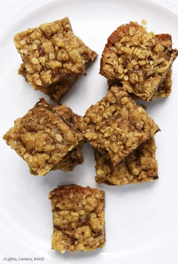 Caramelitas are buttery and chewy oat bars with a layer of chewy caramel and chocolate chips. Sweet, buttery, chewy and melty! #caramelitas #carameloatbars #chocolateoatcookies #oatcookies #caramelitasrecipe
