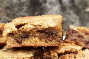 Caramel Pecan Bars are soft and gooey maple pecan and chocolate chip cookie bars with a smooth and silky caramel running throughout the middle. #caramelcookeis #caramelcookiebars #caramelpecanbars #caramelpecanpiebars #maplepecancookies
