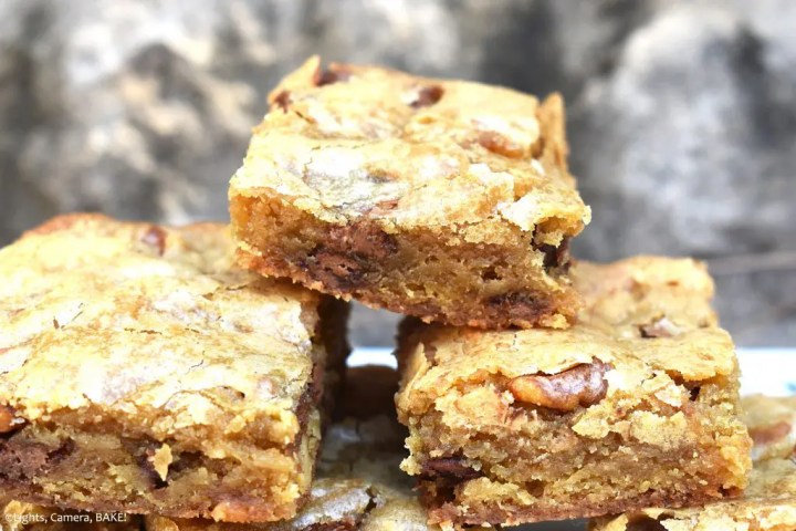 Maple Pecan Bars are a soft, chewy and gooey maple cookie bar filled with chocolate chips and chopped pecans for a sweet and nutty cookie bar. #maplepecanbars #maplepecacookies #pecanpiebars #chocolatechipcookiebars