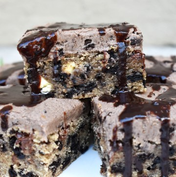 Cookies and Cream Cookie Bars are a soft and chewy cookie bar filled with chocolate chips and Oreos and frosted with an Oreo buttercream. #oreos #oreocookiebars #cookiesandcreambars #cookiesandcreamcookies #oreobuttercream