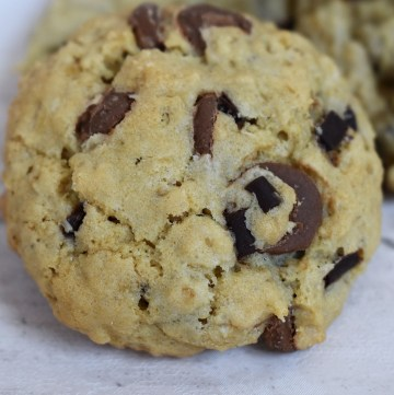 Maple Oatmeal Cookies are chewy and soft chocolate chip oatmeal cookies flavoured with real maple syrup in the batter. #mapleoatmealcookies #maplesyrupcookies #oatmealcookies #oatcookies #chocolatechipcookies