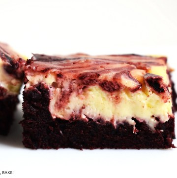 Red Velvet Brownies combine the flavours of vanilla and chocolate in these chewy and gooey brownies with a cream cheese swirl. #redvelvetcake #redvelvetbrownies #redvelvetcheesecake