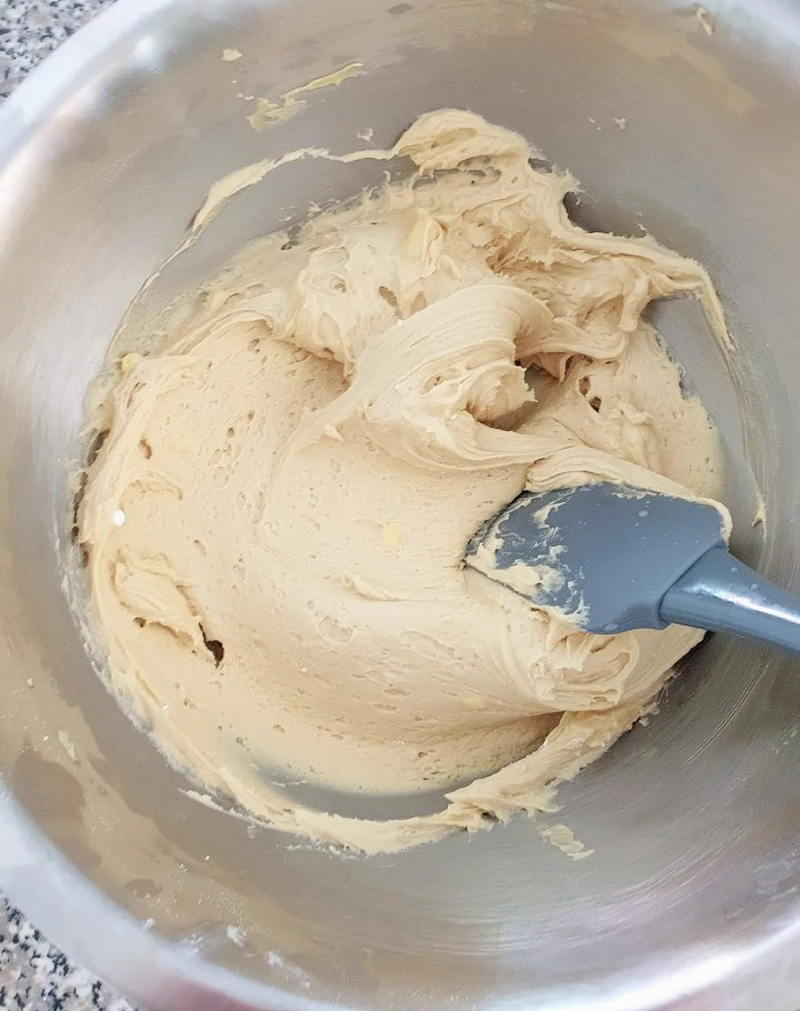 Maple buttercream in a bowl.