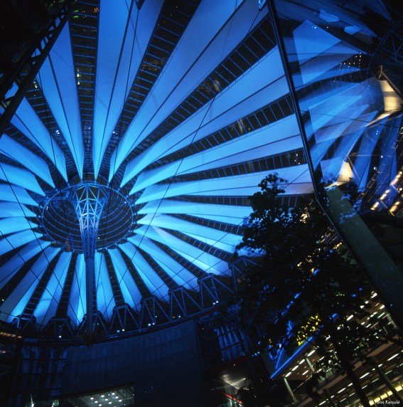 « In Out » – Yann Kersalé, AIK – Sony Center, Berlin, Allemagne (2001)
