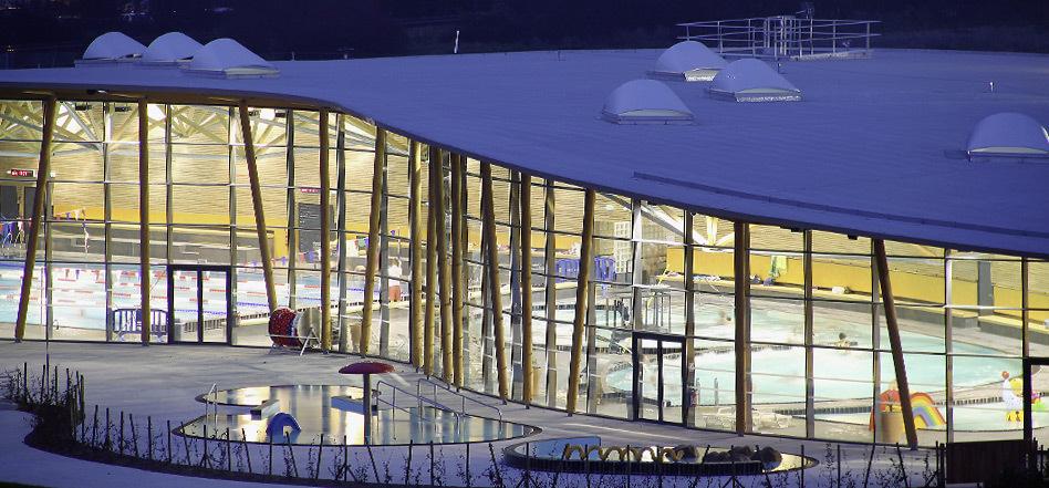 Bâtiment du centre aquatique Made in France LILÔ, au crépuscule du soir