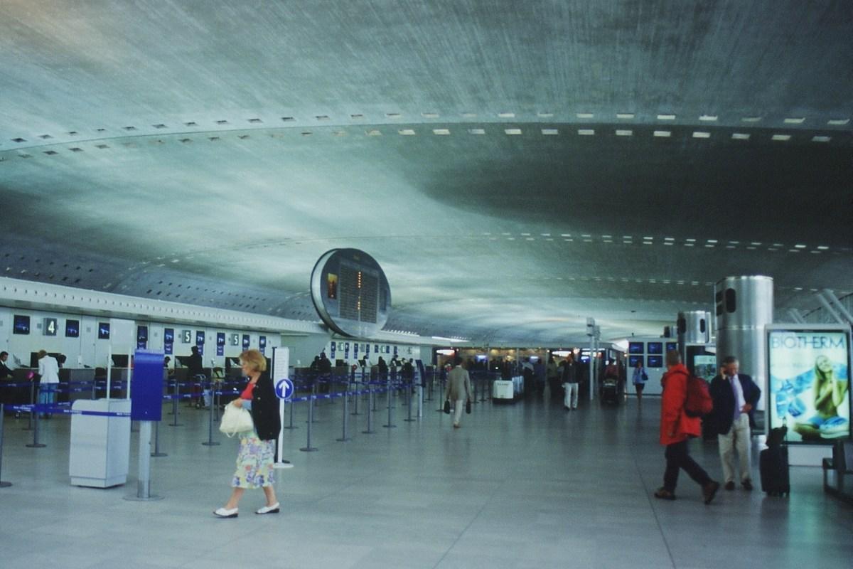 Terminal 2F, aéroport de Roissy Charles de Gaulle - Architectes Paul Andreu, JM Fourcade – Ingénieurs RFR, Bernard Vaudeville - Concepteur lumière : Louis Clair, Light Cibles - Photo : Vincent Laganier