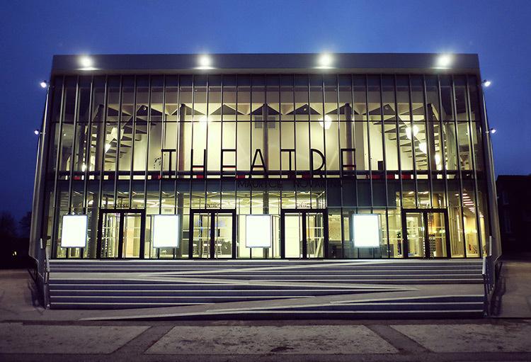 Façade de nuit avec l'éclairage intérieur et lustres polyèdre - Théâtre Novarina, Thonon-les-Bains, France © WIMM architectes
