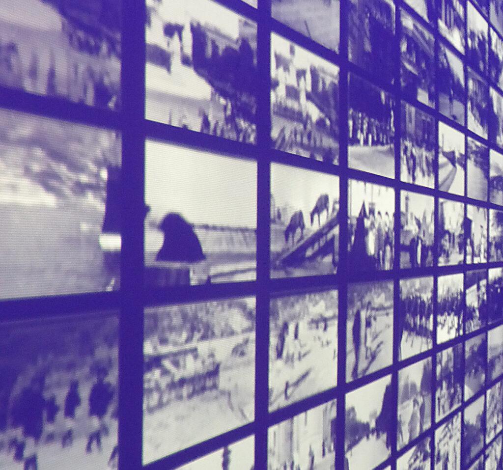 Lumière ! Le cinéma inventé - Mur des films en latéral - Scénographie : Agence NC - Photo : Vincent Laganier