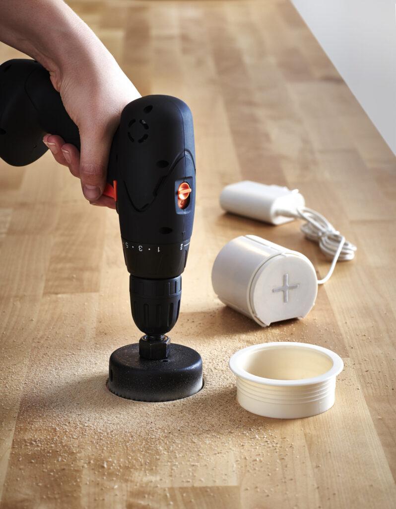Percement du pot d'encastrement sur une table pour rechargement sans fil © IKEA