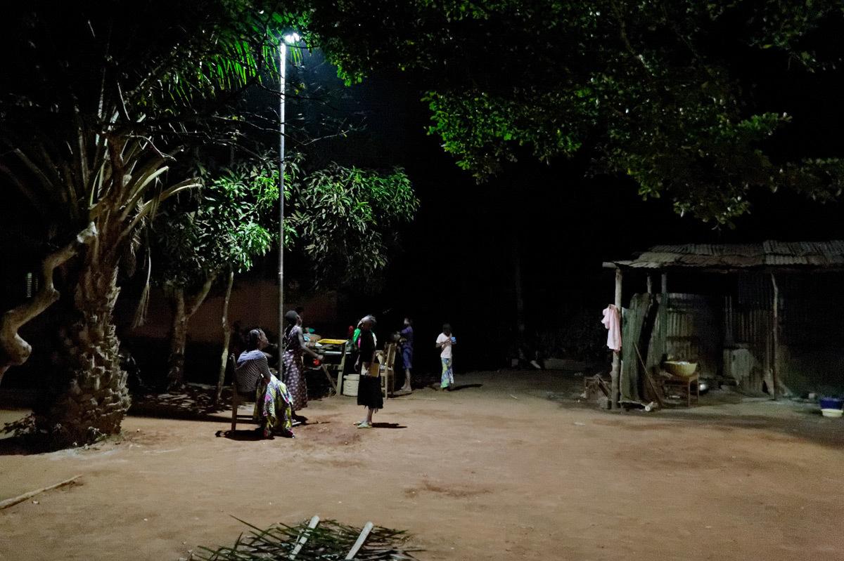 Eclairage de nuit dans un orphelinat au Bénin - Photo Electriciens sans frontières