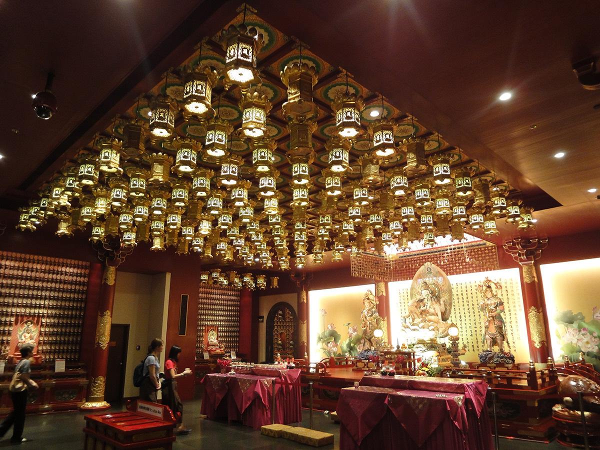 Intérieur d'un temple chinois bouddhiste © Roger Narboni