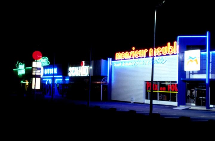 Zone commerciale et publicité lumineuse