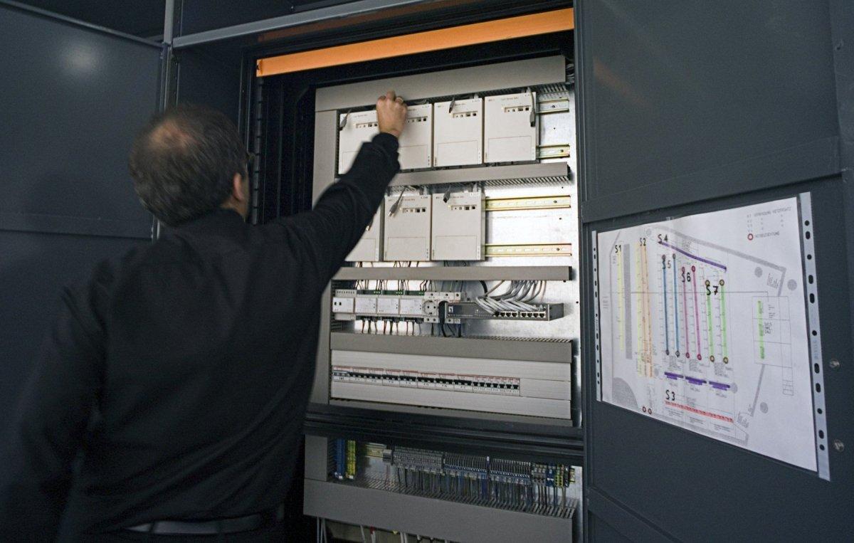 Armoire de commande de l'éclairage avec Light Servers 64-DALI - Auditorium du siège d'Erco à Lüdenscheid, Allemagne © Erco GmbH