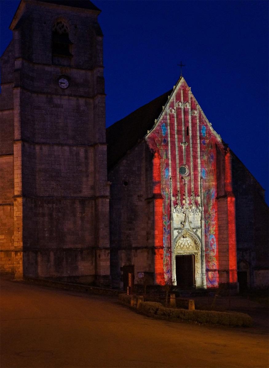 Cathédrale de la Puisaye, Treigny (89) - Projection en façade - Conception lumière et et image : Thomas-Klug
