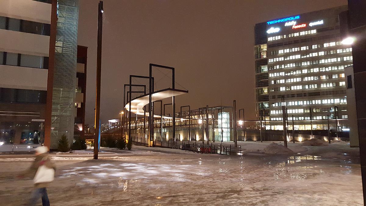 De la difficulté de percevoir des gobos projetés sur la neige, Jyväskylä, Finlande - Photo : Roger Narboni