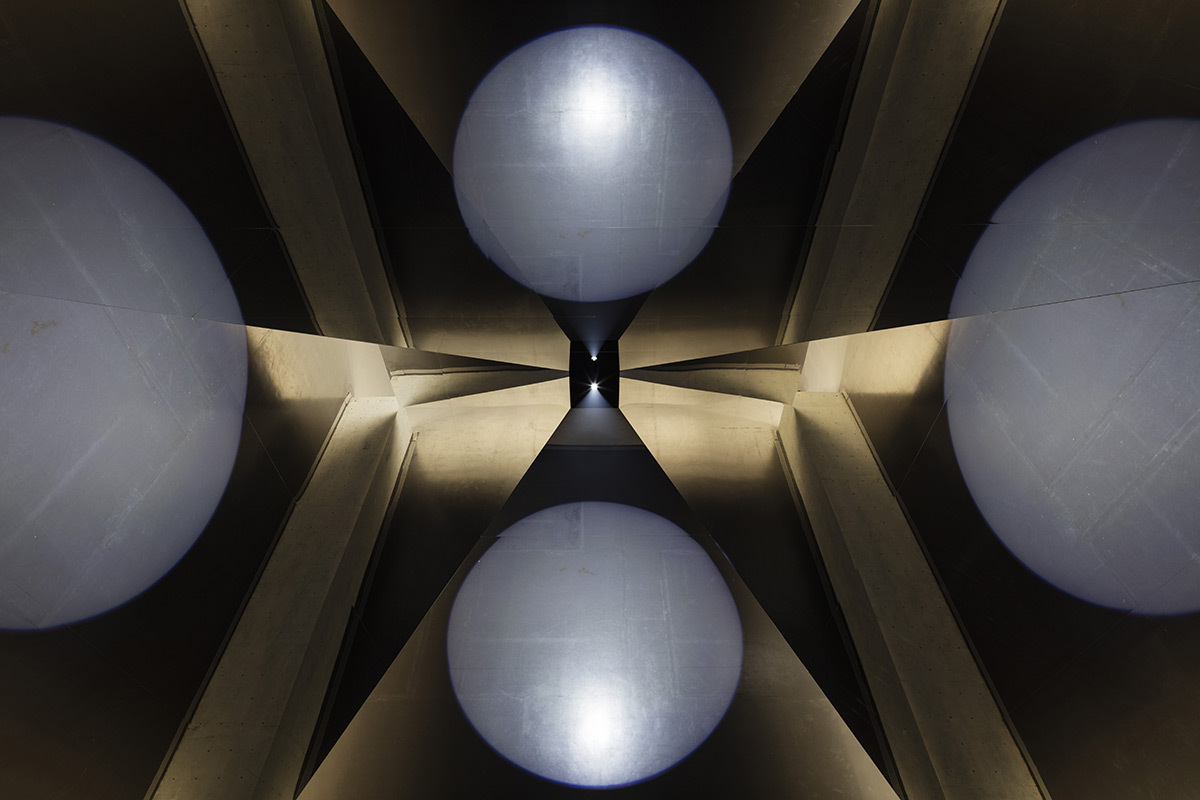 Olafur Eliasson, The open pyramid, 2016 - Long Museum, Shanghai, Chine, 2016 - Photo : Anders Sune Berg Courtesy of the artist; Vitamin Creative Space, Guangzhou; neugerriernschneider, Berlin; Tanya Bonakdar Gallery, New York © Olafur Eliasson