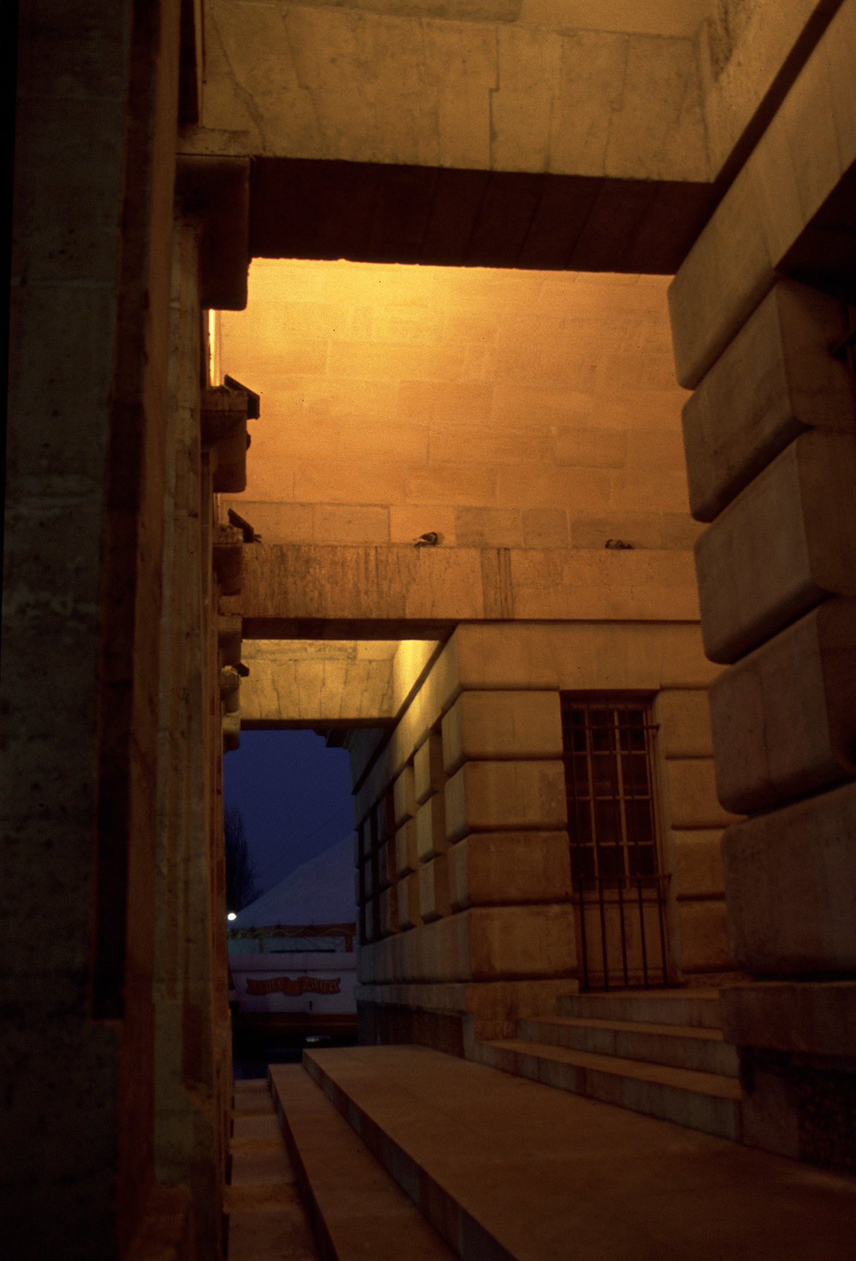 Rotonde La Villette, place de Stalingrad, Paris, France - sous le portique de nuit - Architecte Claude Nicolas Ledoux - Concepteur lumiere Louis Clair, Light Cibles - Photo Vincent Laganier