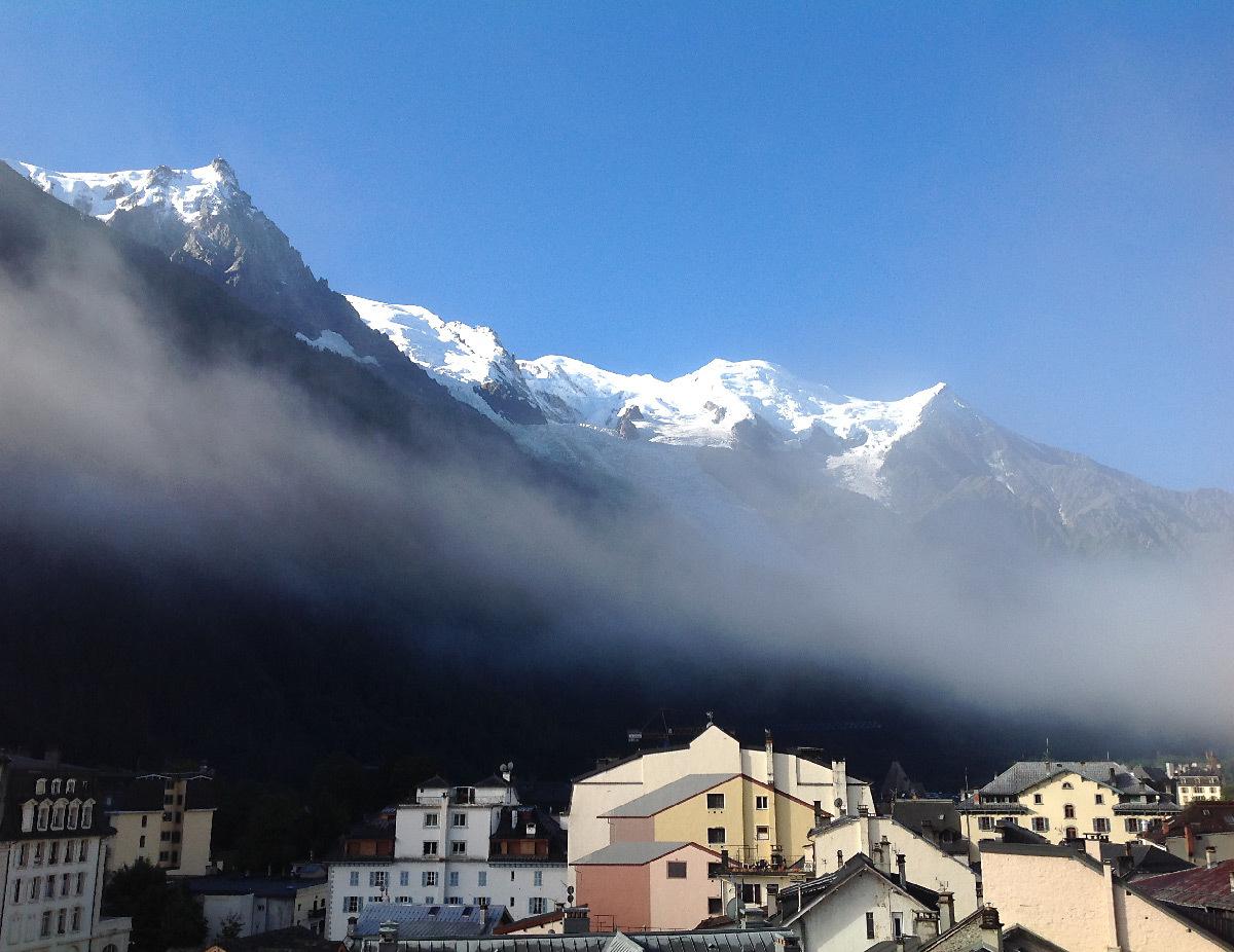 Lumière du soleil levant dans la brume et les montagnes de la vallée de Chamonix