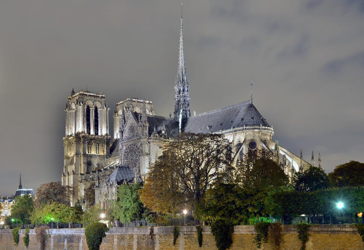 Cathédrale Notre-Dame de Paris, France - du pont de l'Archevêché, de nuit - Conception lumière : Roger Narboni, Concepto et Louis Clair, Light Cibles avec Italo Rota - Juillet 2017