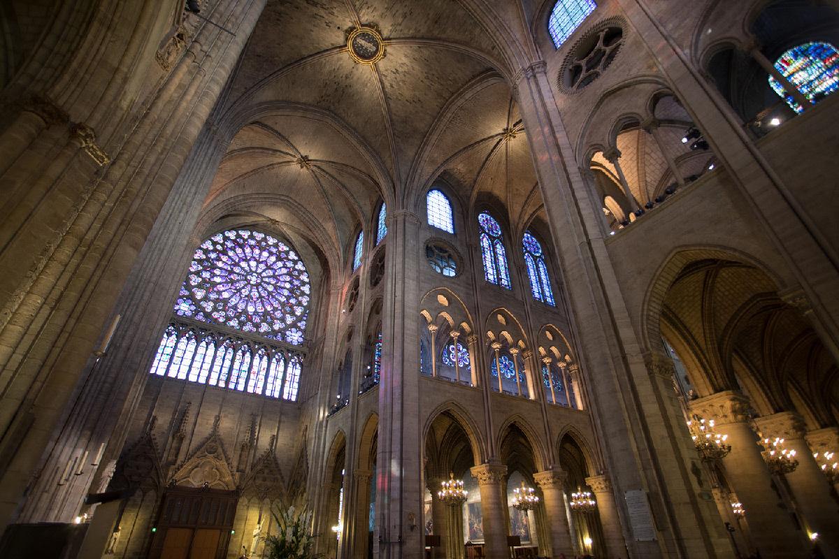 Cathédrale Notre-Dame de Paris, France - croisée nef-transept intérieur - Conception lumière : Armand Zadikian