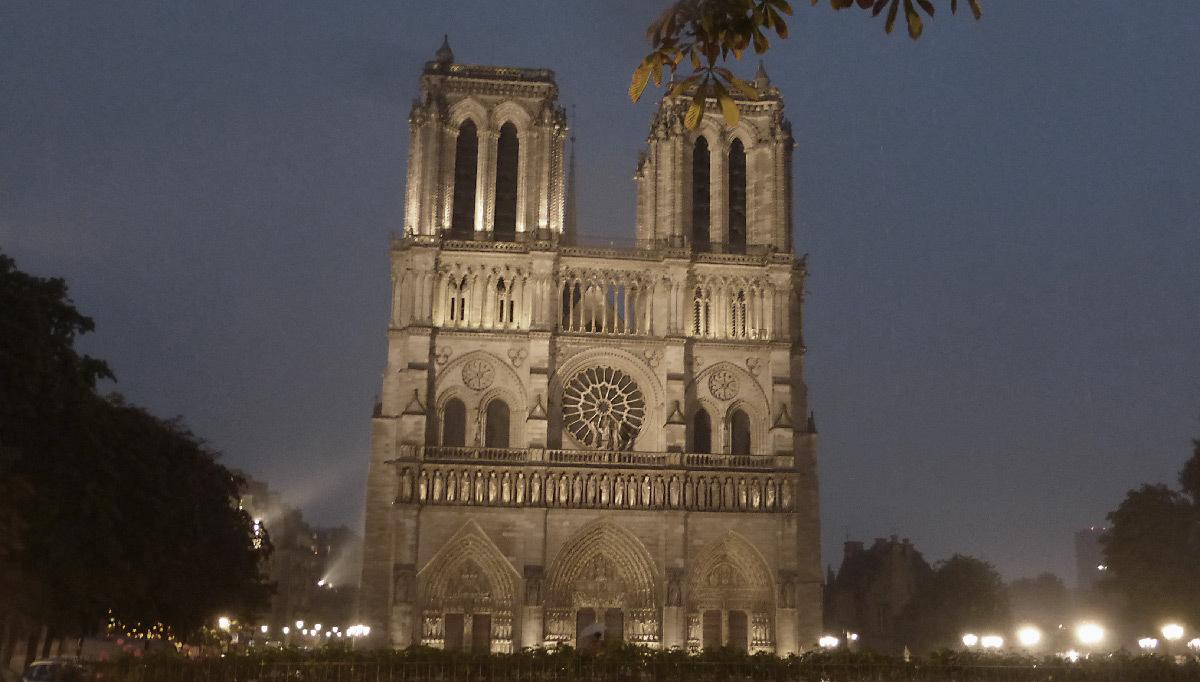 Cathédrale Notre-Dame de Paris, France - façade occidentale de nuit - Conception lumière : Roger Narboni, Concepto et Louis Clair, Light Cibles avec Italo Rota - Juillet 2017