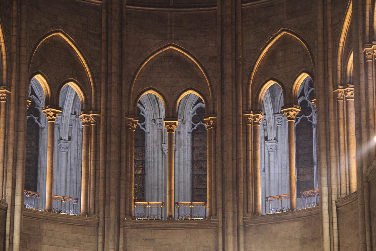 Cathédrale Notre-Dame de Paris, France - fenêtres de la tribune au dessus du chœur, intérieur - Conception lumière : Armand Zadikian