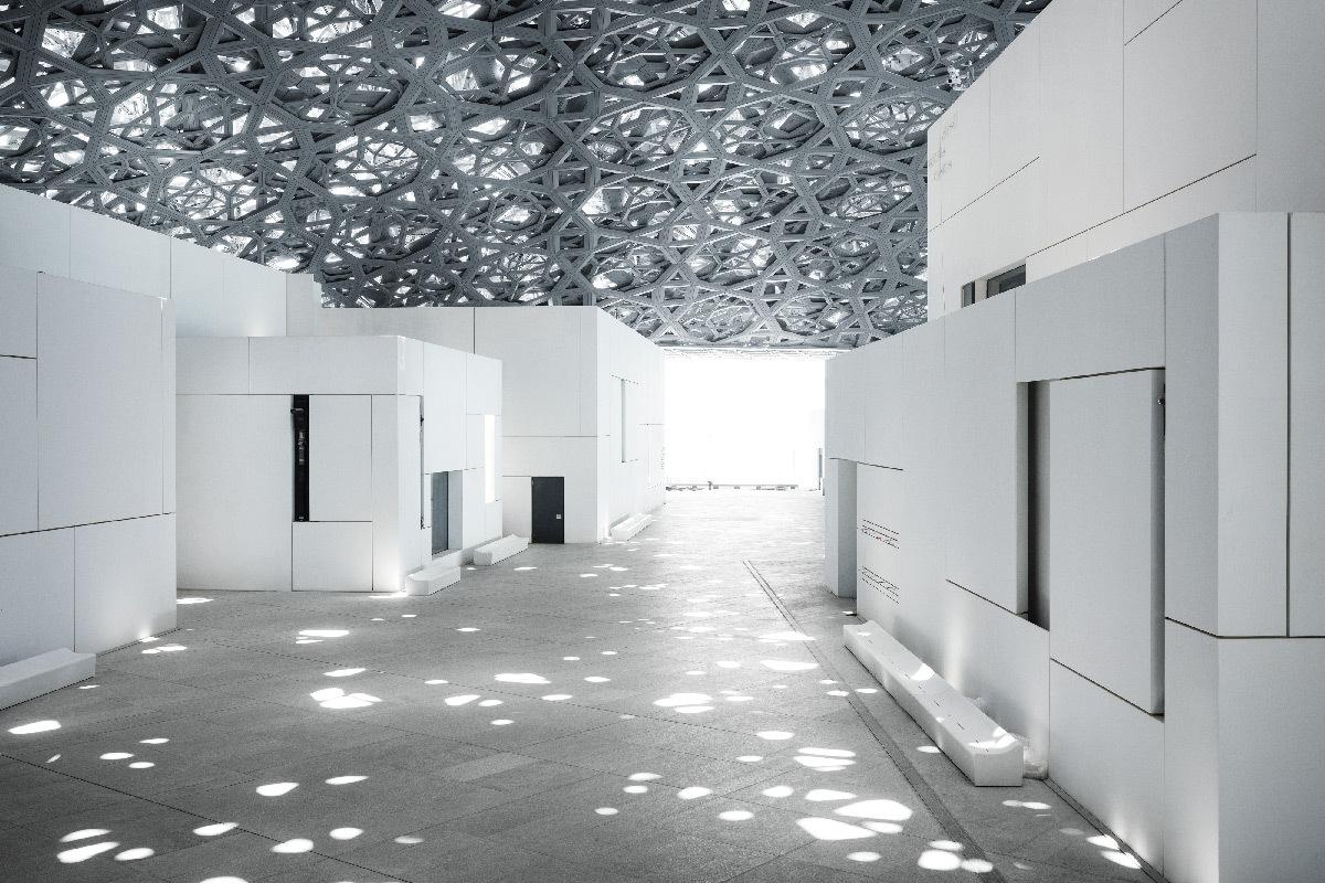 """""""Pluie de lumière"""" du musée du Louvre Abu Dhabi sous la coupole - Architectes : Jean Nouvel et Hala Warde"""