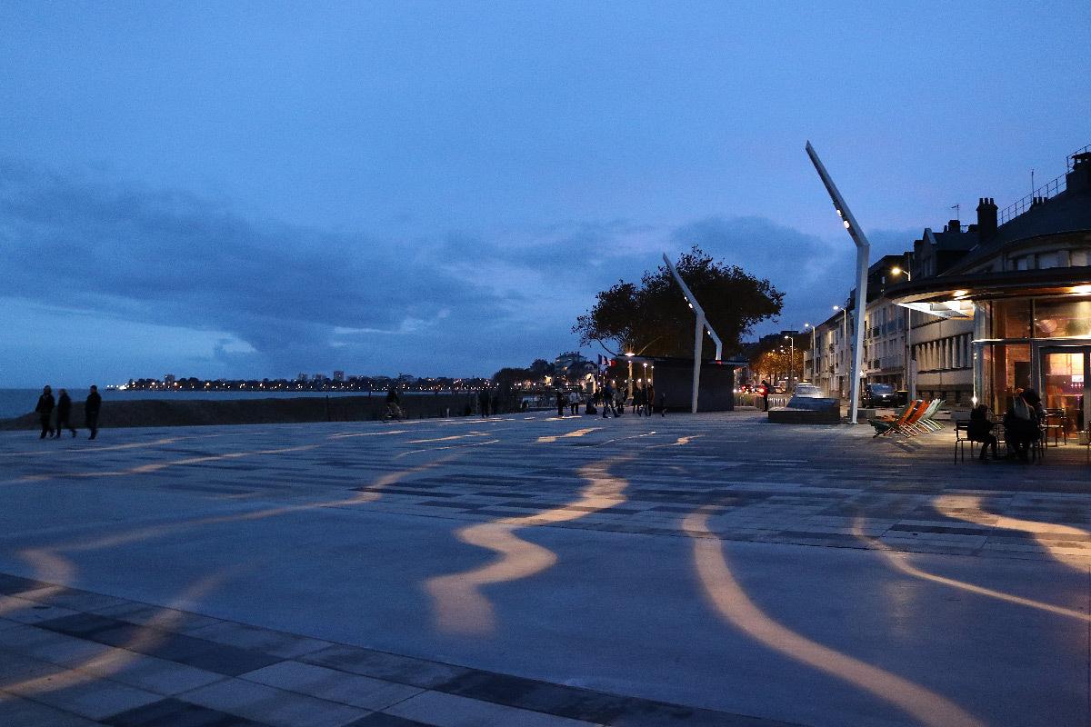 Requalification du front de mer, place du Commando, Saint-Nazaire, France - Paysagiste : Phytolab - Concepteur lumière : Studio Vicarini
