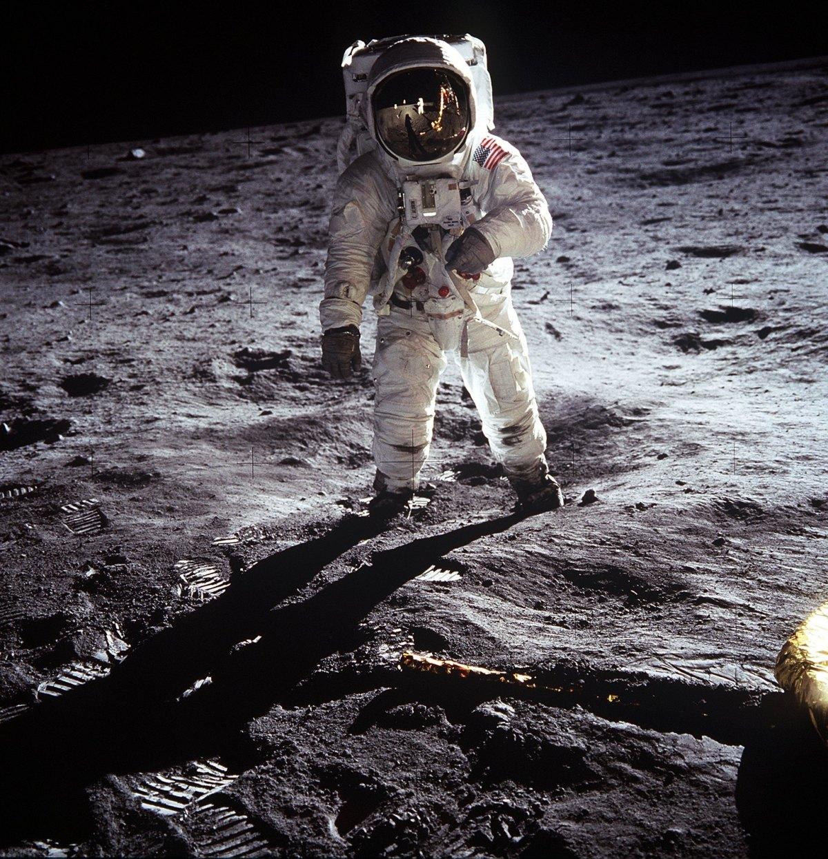 Astronaute Edwin E. Aldrin Jr., pilote du module lunaire, marchant a la surface de la Lune a cote du module lunaire (LM) durant Apollo 11 (EVA) © NASA - as11-40-5903 - 20 Juillet 1969