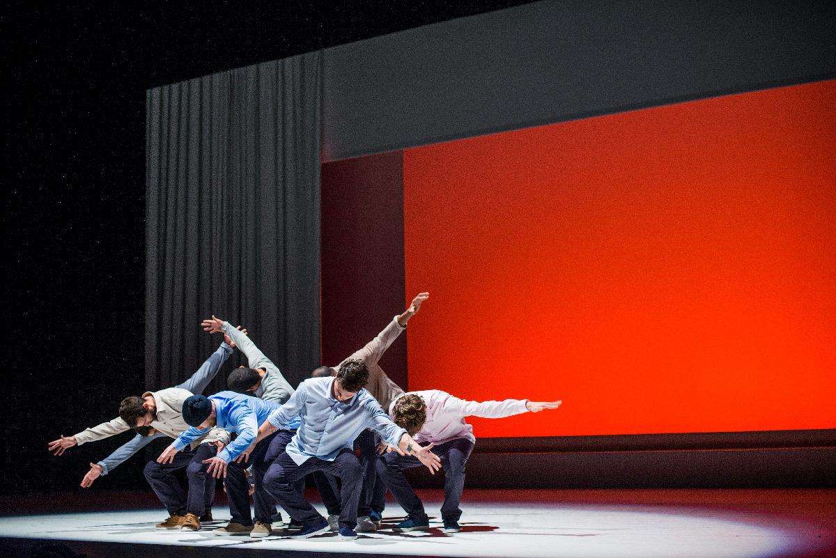 Allegria, de Kader Attou - Scénographie : Camille Duchemin - Création lumière : Fabrice Crouzet © Justine Jugnet