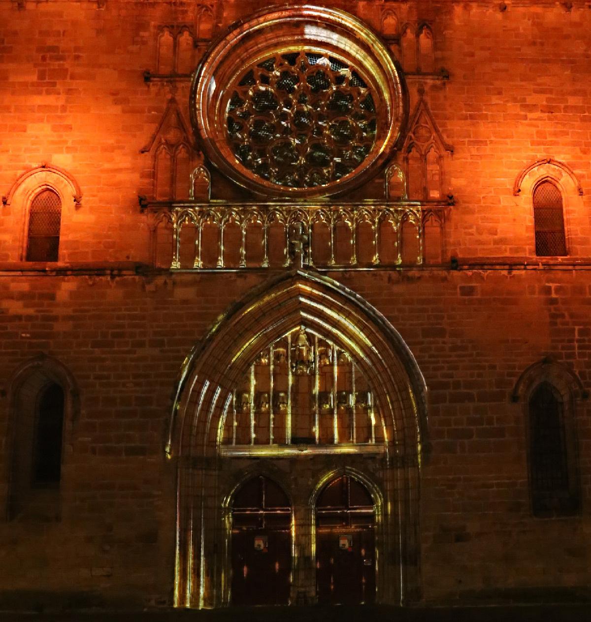 Vidéoprojection sur la façade de la cathédrale de Cahors, Lot, France - Conception lumière et photo © Quartiers Lumières