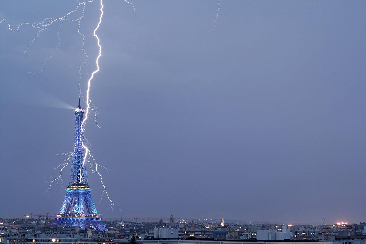 Tour Eiffel transpercée par un éclair, Paris - Entre Ciel et Terre, exposition, Galerie Orenda, Paris © Bertrand Kulik